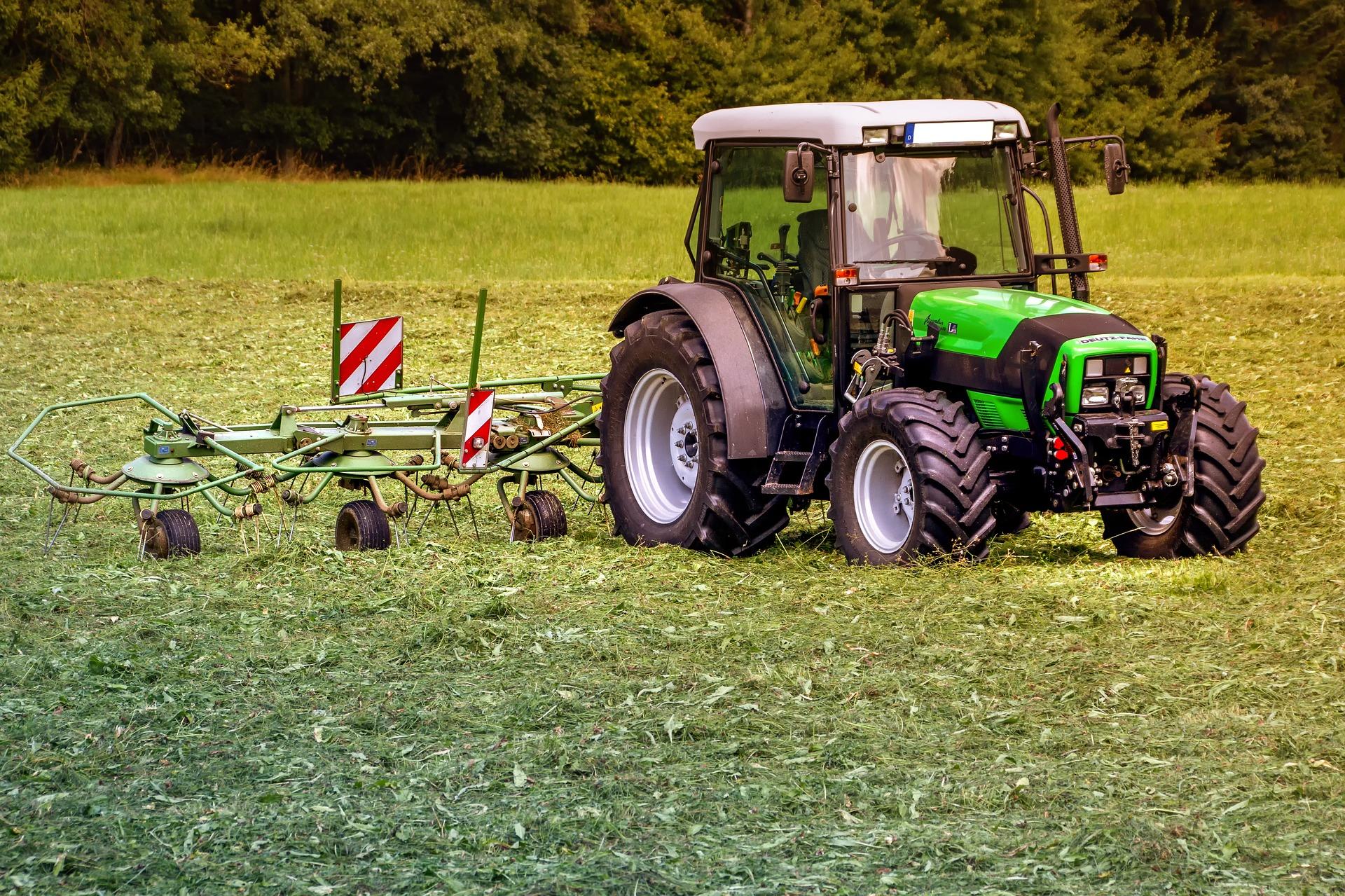 tractors-3571452_1920